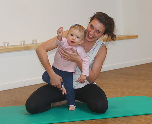 Tree pose : baby yoga bij Santé Magic in Leuven