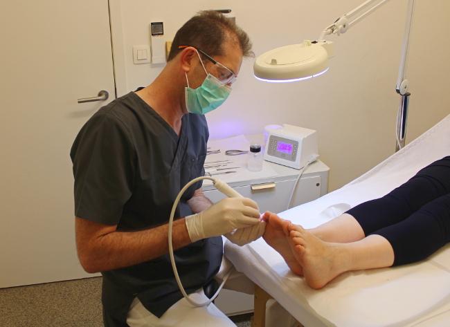 Een medische pedicure wordt uitgevoerd bij Sante Magic te Leuven.